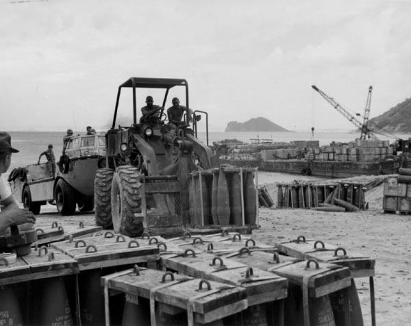 Đạn pháo 175mm đang được vận chuyển từ tàu mẹ vào bờ bằng các xà lan.