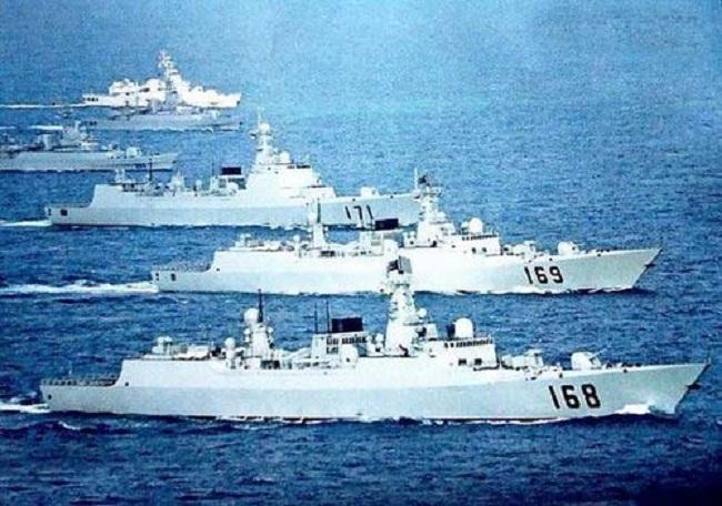 Với tư cách là bên tham gia chủ yếu trong cuộc đối đầu trên Biển Đông, Trung Quốc và Philippines trong những năm vừa qua liên tục có các hành động đối đầu gây căng thẳng trong khu vực như việc Trung Quốc bao vây ở bãi Cỏ Mây (khu vực thuộc quần đảo Trường Sa của Việt Nam nhưng Philippines chiếm đóng phi pháp), hải quân Philippines bắt tàu cá Trung Quốc... (Trong ảnh: Tàu chiến của Hạm đội Nam Hải)