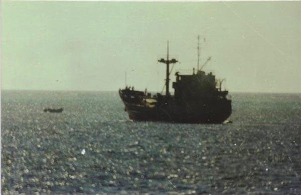 Tàu HQ-604 đang neo đậu gần đá Gạc Ma trong chiến dịch CQ-88.