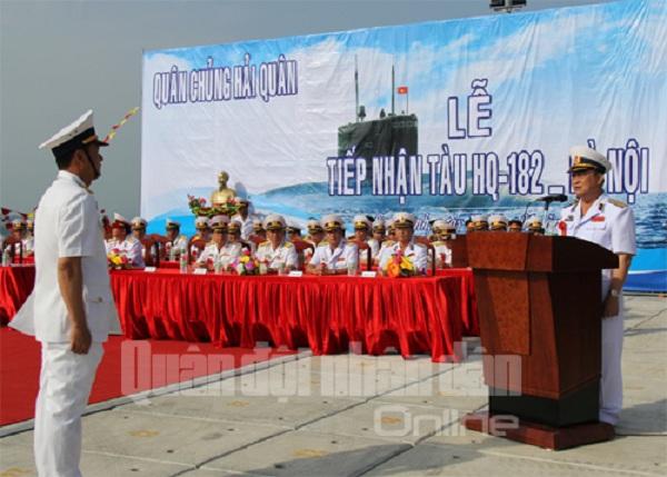 Đô đốc Nguyễn Văn Hiến, Ủy viên TƯ Đảng, Thứ trưởng Bộ quốc phòng-Tư Lệnh Hải quân giao nhiệm vụ cho thuyền trưởng Tàu ngầm HQ-182 Hà Nội.