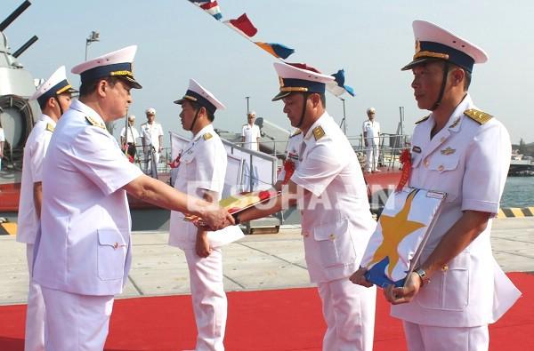 Đô đốc Nguyễn Văn Hiến, Ủy viên TW Đảng, Thứ trưởng Bộ quốc phòng-Tư Lệnh Hải quân trao quốc kỳ cho đại diện cán bộ, thủy thủ Tàu ngầm HQ-182 Hà Nội