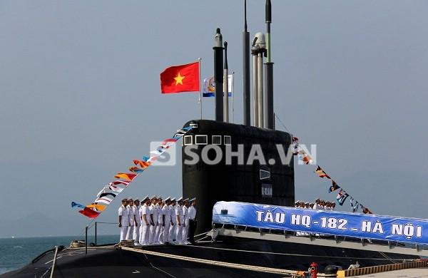 Lá cờ Tổ quốc và cờ Hải quân tung bay trên đài chỉ huy của Tàu ngầm HQ-182 Hà Nội.