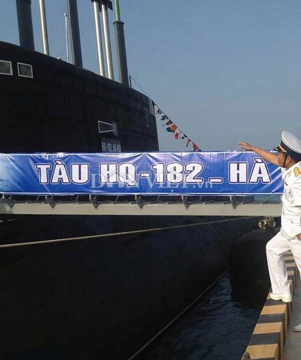 Gắn bảng tên tàu Kilo Hà Nội – HQ 182 chuẩn bị cho lễ bàn giao