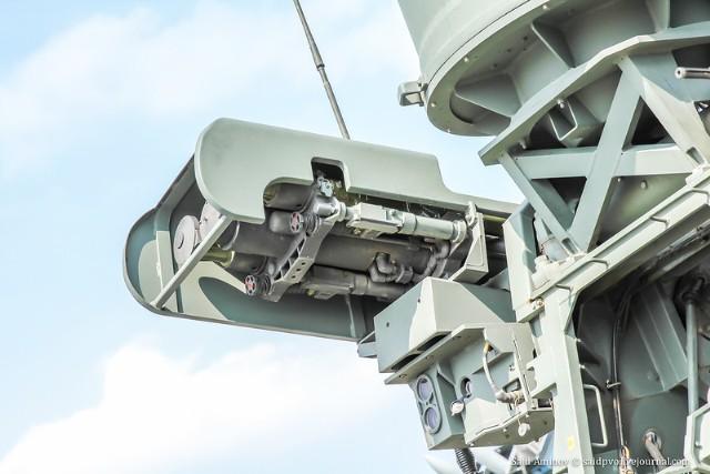 Hệ thống được trang bị hai mô-đun giá phóng Strelets với hai MANPADS Igla, radar phát hiện và hệ thống quang điện tử đa kênh đảm bảo cho MehIgla có khả năng hoạt động chiến đấu vào bất cứ lúc nào cả ngày lẫn đêm.