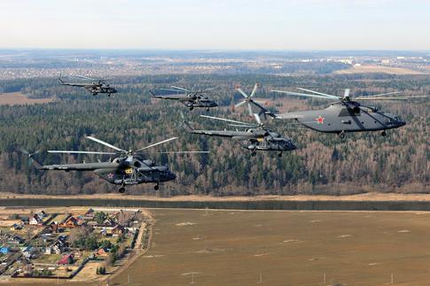 Dẫn đầu đội hình trực thăng tiến vào lễ đài là trực thăng vận tại hạng nặng Mi-26 cùng 4 trực thăng Mi-8 MTV-5