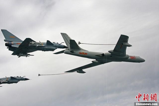 10 máy bay tiếp dầu được phát triển từ máy bay ném bom H-6, vốn không đủ sức tiếp dầu xa