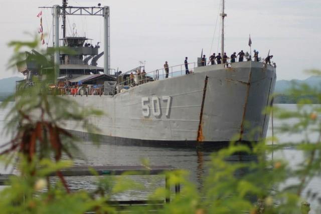 Trong khi đó, Hải quân Philippines vẫn còn duy trì các tàu đổ bộ tăng (LST) được Mỹ đóng từ thế chiến II. Trong ảnh: Tàu đổ bộ BRP Benguet (LT-507).