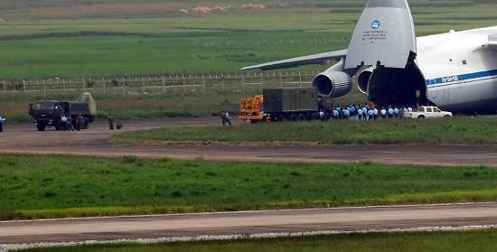 Máy bay vận tải An-124 chuyển những bộ khí tài đầu tiên của hệ thống S-125-2TM cho phía Việt Nam.