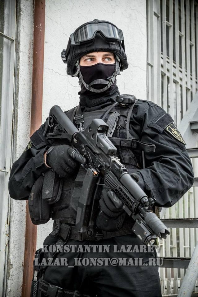 Lính thuộc lực lượng phòng ma túy Nga sử dụng súng tiểu liên PP-19-01.