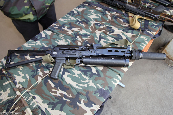 Súng tiểu liên PP-19 (sử dụng cỡ đạn 9x18mm). Đây là mẫu súng sử dụng hộp tiếp đạn khá độc đáo.