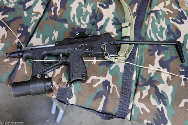 Súng tiểu liên PP-2000 (sử dụng cỡ đạn 9x19mm).