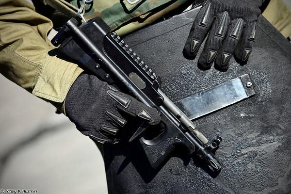 Lính đặc nhiệm thuộc Bộ Nội vụ Nga sử dụng súng tiểu liên PP-2000.