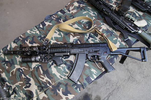 Súng trường tiến công AEK-971 cùng ống phóng lựu kẹp nòng GP-25. Hiện nay mẫu súng được trang bị hạn chế cho một số đơn vị thuộc Bộ Nội vụ Nga.