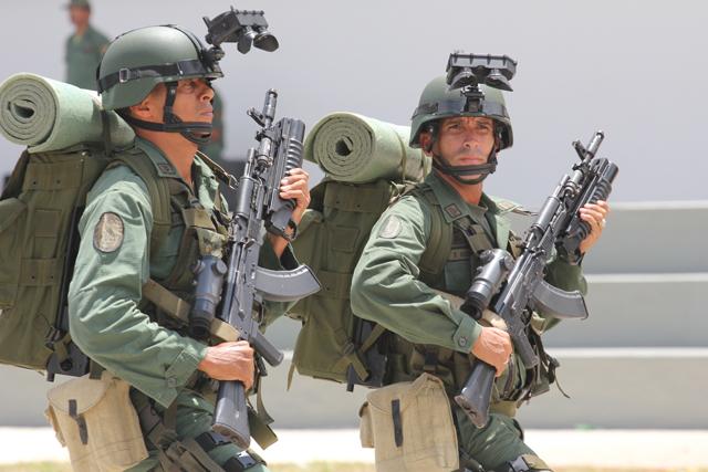 AK-103 khi gắn kính ngắm, ống phóng lựu.