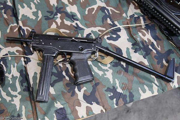 Súng tiểu liên PP-91 (sử dụng cỡ đạn 9x18mm).