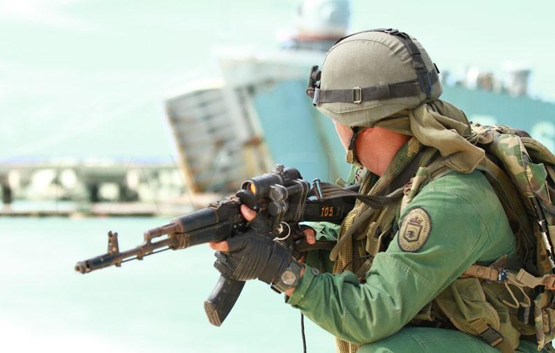 Việc dùng kẹp để gắn kính ngắm của AK-103 như trong ảnh làm bộ phận ngắm thêm cồng kềnh và không có tính đồng bộ khi hiện nay kính ngắm đã chuyển sang gắn bằng ray Picatinny.