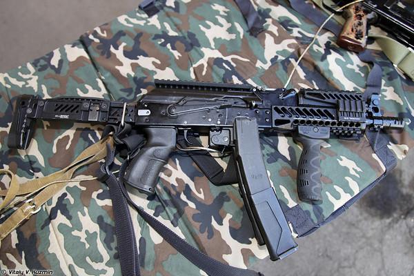 Súng tiểu liên PP-19-01, đây là mẫu súng hiếm hoi của đặc nhiệm Nga có thể dùng đạn 9x19mm chuẩn NATO hoặc đạn 9x19 xuyên giáp 7N21 của Nga.