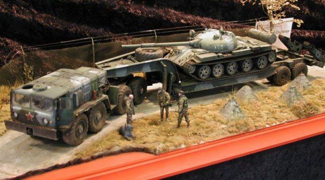 Tăng T-62 trên xe sơ-mi rơ-moóc MAZ-537