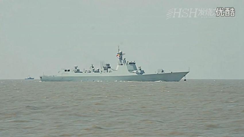 Được mệnh danh là tàu Aegis phiên bản Trung Quốc, tàu khu trục Type 052D được trang bị 4 radar lắp vào thượng tầng, đây là loại radar mới, có nhiều tính năng vượt trội so với loại radar trang bị trên tàu khu trục Type 052C.