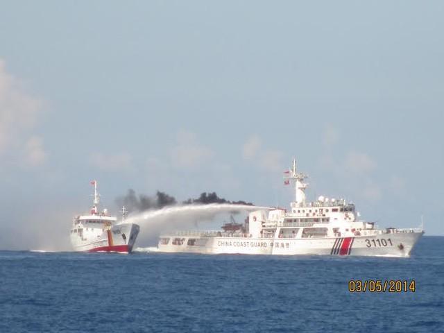 Một trong những tàu Kiểm ngư của Việt Nam bị tàu của Trung Quốc dùng vòi rồng gây rối