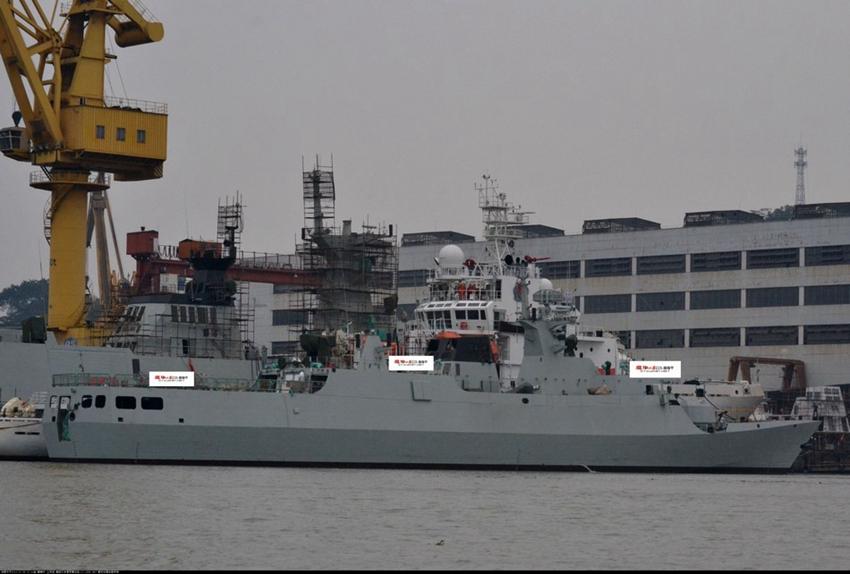 Nhìn bề ngoài, tàu này không khác gì những tàu Type 056 khác, nhưng chú ý kĩ hơn ở phần đuôi tàu ta có thể thấy nó thiết kế một cửa mở lớn.