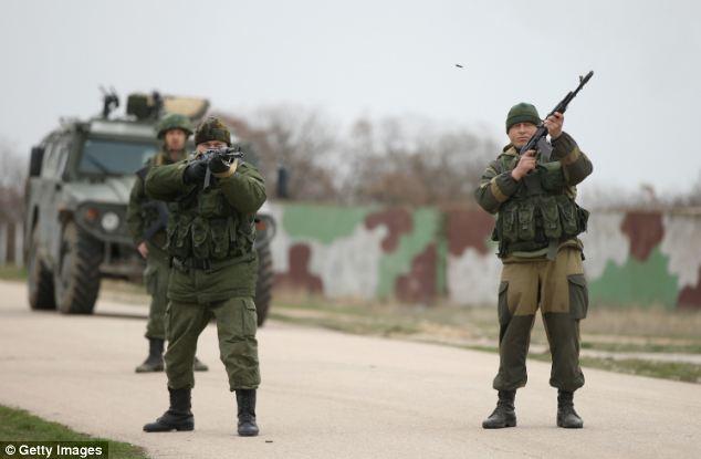 Nhóm lính Nga bắn chỉ thiên cảnh cáo