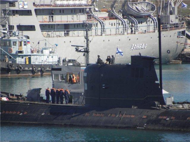 Tàu ngầm duy nhất của Hải quân Ukraine treo cờ hải quân Nga
