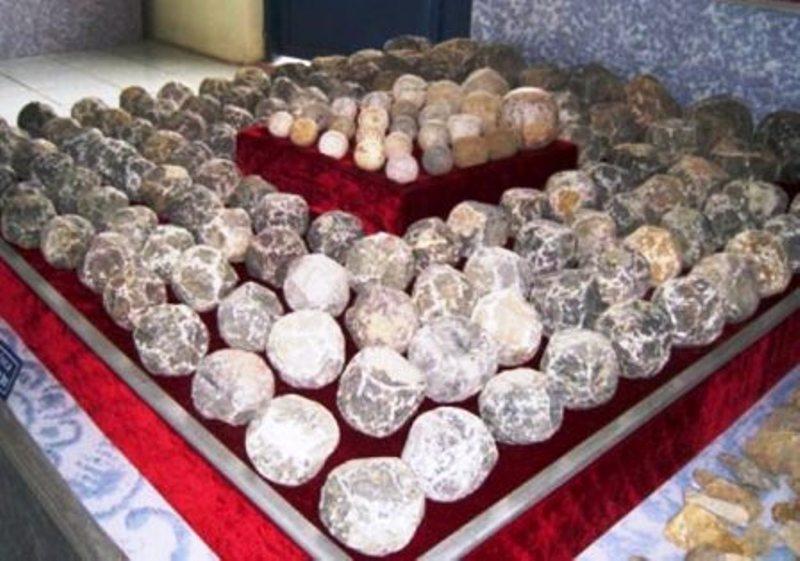 Các viên đạn bằng đá của súng thần công được khai quật tại thành nhà Hồ (Thanh Hóa)