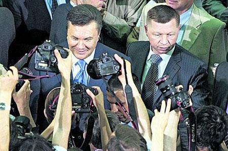 Cựu Tổng thống Ukraine Viktor Yanukovych và vệ sĩ Kostyantyn Kobzar (phải).