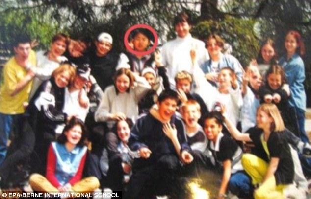 Kim Jong Un (vòng tròn đỏ) chụp ảnh với các bạn học ở Thụy Sĩ.