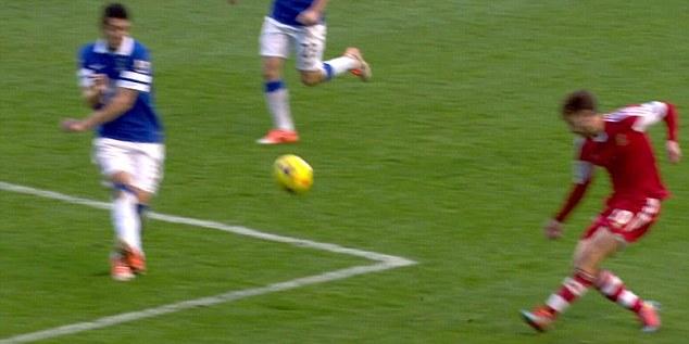 Pha để bóng chạm tay của hậu vệ bên phía Everton