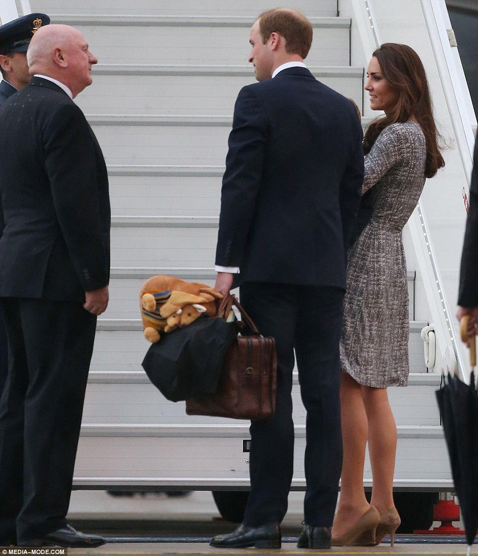 Hoàng tử William và công nương Kate Middleton luôn ra dáng ông bố bà mẹ tận tụy khi họ luôn tự tay làm những việc chăm sóc con cái.
