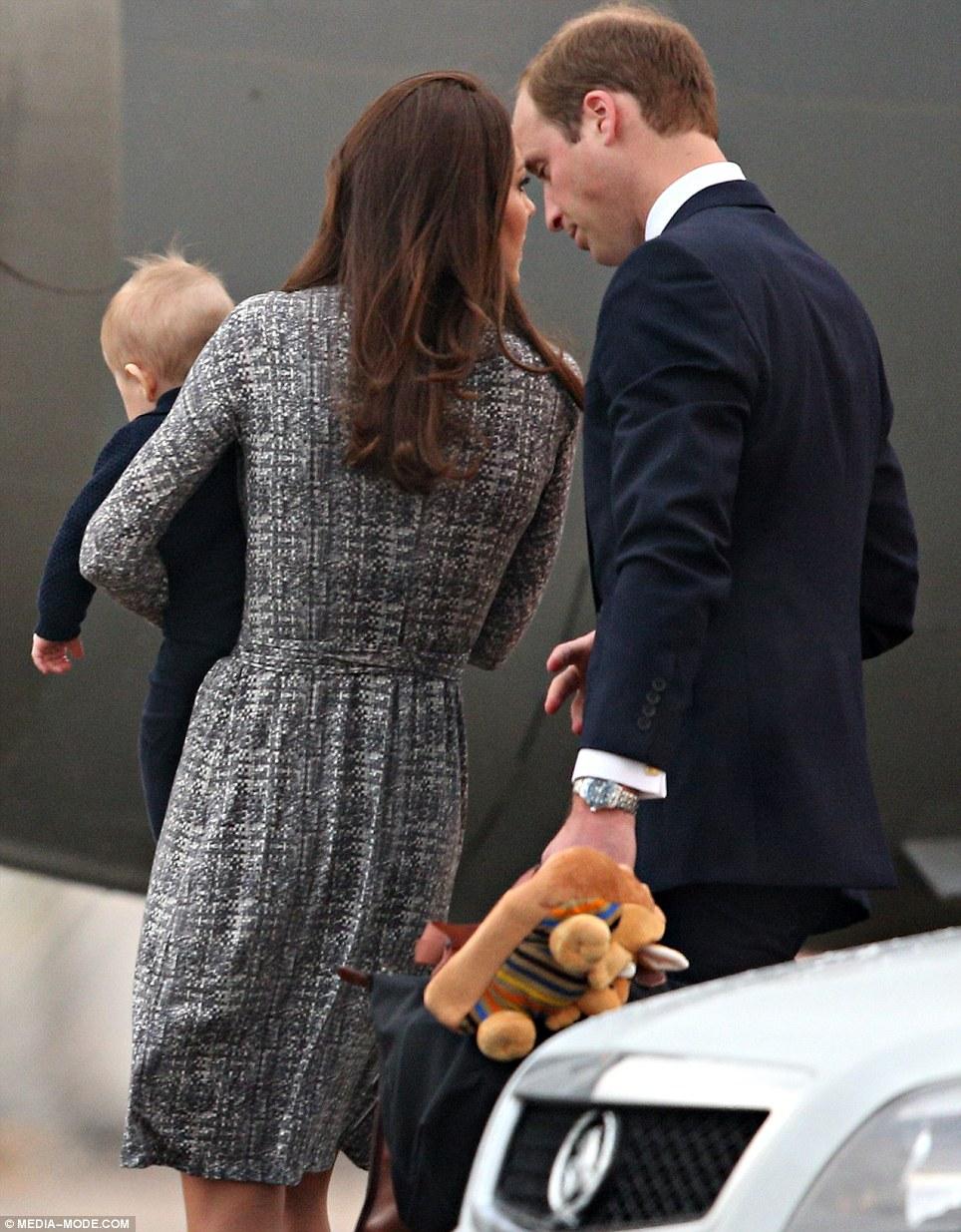 Hoàng tử William xách đồ cho hai vợ chồng và ba lô đáng yêu cho con.