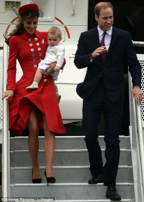 Khuôn mặt hơi cau có của tiểu hoàng tử nước Anh sau chuyến bay.