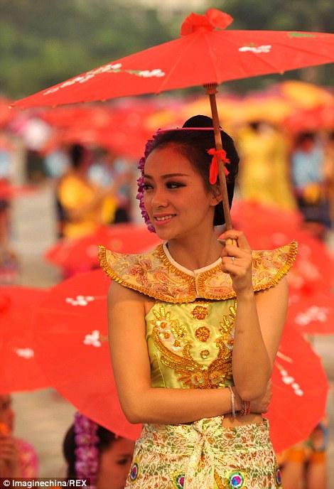 Một cô gái xinh đẹp tham gia màn múa đặc biệt này.