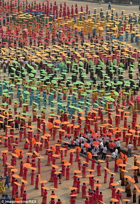 Hàng nghìn người tham gia lễ hội.