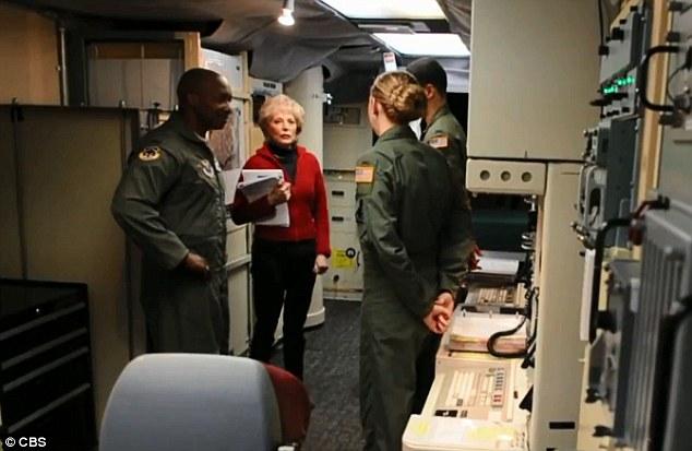 Phóng viên Lesley Stahl (người mặc áo đỏ) tới thăm căn cứ không quân F.E. Warren ở Cheyenne, Wyoming