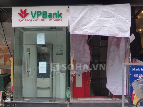 Bên cạnh máy ATM của Maritime Bank bị trộm phá dỡ, còn có của ngân hàng khác trang bị đầy đủ hệ thống camera giám sát.