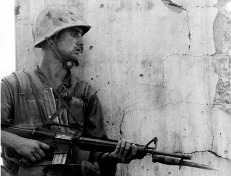 Lính Mỹ sử dụng lưỡi lê M7 trong chiến tranh Việt Nam