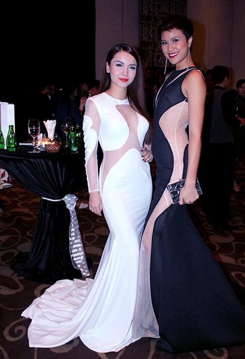 Yến Trang vẫn khá tự tin đọ dáng cùng chân dài Mai Phương mặc dù cô thừa biết sự chênh lệch về chiều cao giữa mình và siêu mẫu này.