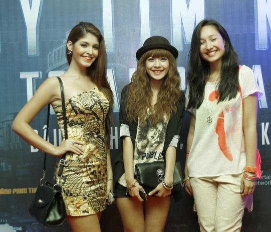 Chi Pu nhỏ bé giữa 2 hot girl Andrea và Anna Trương.