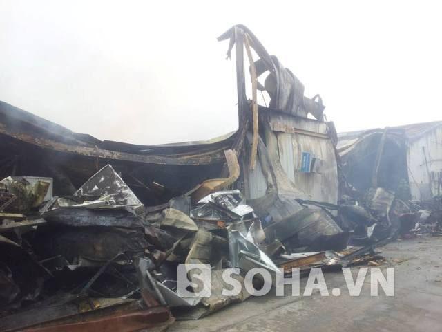 Ngổn ngang tại hiện trường vụ cháy tại Công ty Len Hà Đông