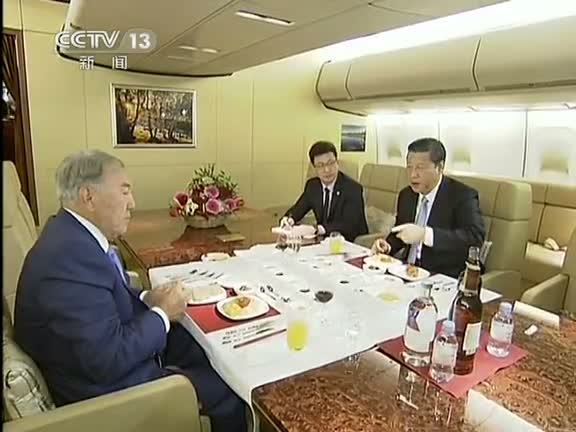 Ông Tập đang bàn bạc công việc với quan chức cấp cao Trung Quốc bên trong chuyên cơ của mình.