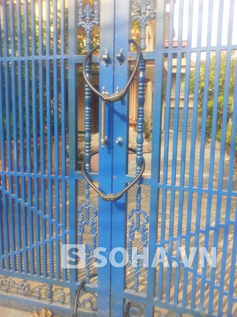 Chiếc cổng hiện được khóa bằng nhiều khóa chắc chắn