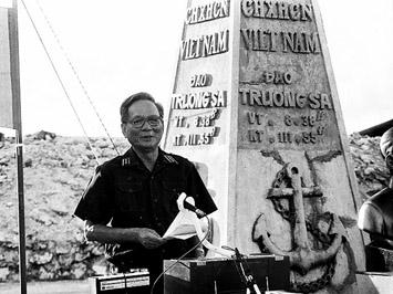 Đại tướng Lê Đức Anh ở quần đảo Trường Sa, Việt Nam năm 1988 (Ảnh tư liệu)