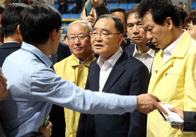 Ông Cho gặp rất nhiều phản ứng của thân nhân vụ chìm phà.