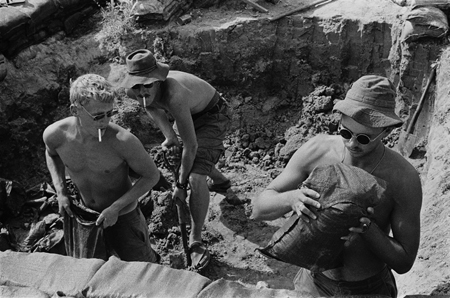 Lính Mỹ đào công sự bằng xẻng gấp cá nhân trong chiến tranh Việt Nam