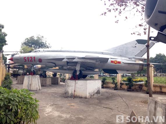 Toàn cảnh chiếc máy bay MIG-21 F96 số hiệu 5121 được công nhận bảo vật quốc gia
