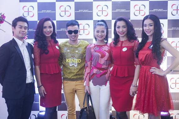 Nhà thiết kế Hà Duy và diễn viên Diệu Hương đến chúc mừng hai chị em Hằng - Hạnh