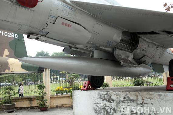 Thùng dầu phụ phía dưới của MIG-21 F96 số hiệu 5121.